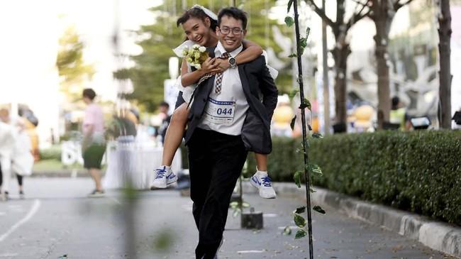 Bangkok punya acara tahunan yang unik yaitu dengan kompetisi lari para pengantin untuk memperebutkan hadiah sponsor pernikahan dan bulan madu.