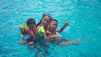 <p>Happy-nya yang lagi berenang bareng bunda tersayang. (Foto: Instagram/ @marcella.zalianty)</p>