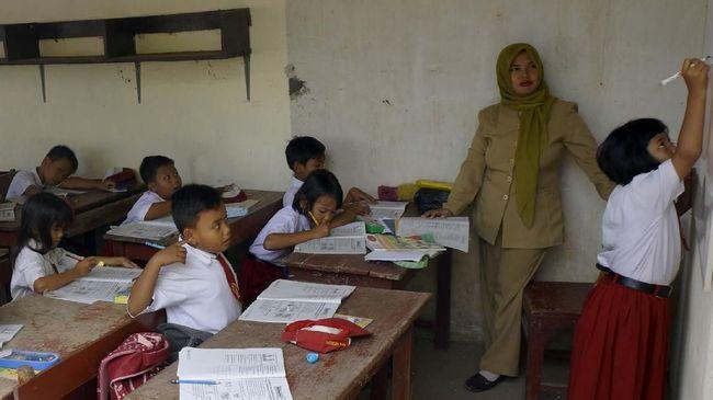 Puluhan ribu sekolah tercatat berisiko tinggi penyebaran covid-19 dengan jumlah terbanyak ada di DKI Jakarta disusul Sumut dan Jatim.