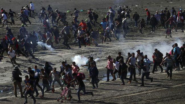 Petugas perbatasan AS dilaporkan menggunakan gas air mata dan semprotan merica untuk membendung ratusan imigran yang berupaya masuk negaranya secara ilegal.