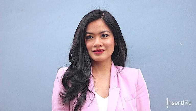 Titi Kamal. Kesuksesannya dalam berkarier tak membuat Titi Kamal tinggi hati. Istri Chirstian Sugiono ini selalu tampil sederhana dan ramah.