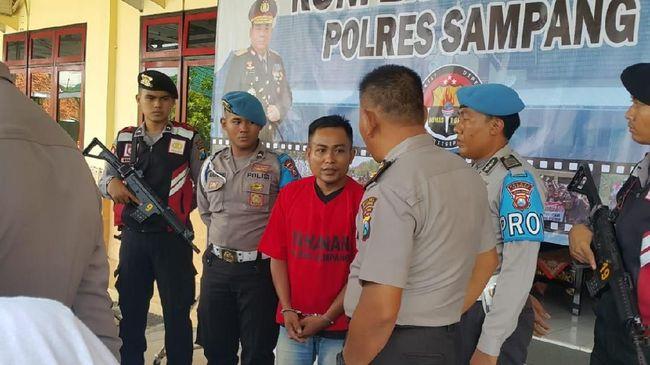 Seorang pria di Sampang, Madura, Jawa Timur tewas ditembak menggunakan senjata rakitan. Peristiwa itu bermula dari cekcok karena status Facebook.