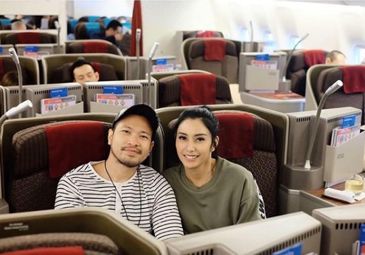 Tyas Mirasih dan suaminya, Raiden Soedjono selalu terlihat romantis. Yuk, lihat momen-momen romantis mereka.