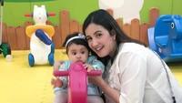 <p>Andi Soraya kerap menghabiskan waktu bersama Kylie di playground. Saking serunya menghabiskan waktu bersama si kecil, Soraya sampai merasa baru punya anak satu lho. (Foto: Instagram @andisorayabeatrix)</p>