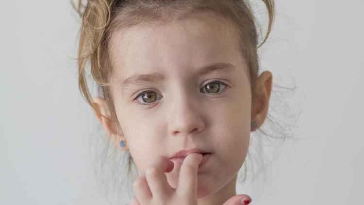 Kebiasaan buruk menggigit kuku bisa berdampak buruk bagi kesehatan anak lho, Bun. Makanya, hentikan kebiasaan itu dengan 4 tips berikut ini.