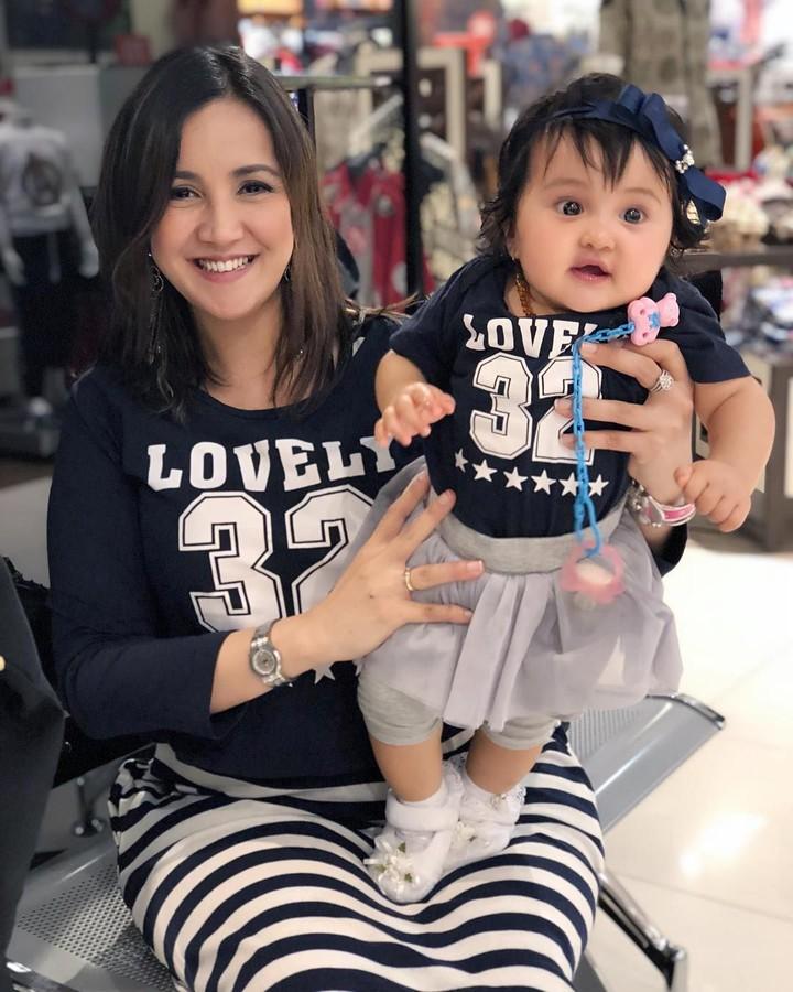 <p>Andi Soraya sering tampil kembaran nih dengan Baby Kylie. Mengenakan kaus bernuansa biru, membuat keduanya terlihat cantik banget. (Foto: Instagram @andisorayabeatrix)</p>