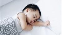 <p>Nyenyak sekali tidurnya Sekala. Gemas deh lihatnya. (Foto: Instagram @ayudiac)</p>