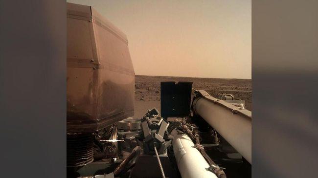 Setelah menyelesaikan misi pendaratannya di Mars, InSight mengirim foto pertama permukaan planet tersebut dari lokasi pendaratannya.