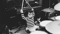 <p>Keren banget nih Sekala bisa main drum. (Foto: Instagram @ayudiac)</p>