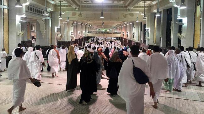 Sejumlah petugas kesehatan diturunkan ke Masjidil Haram dan Masjid Nabawi untuk melakukan sterilisasi terkait virus corona.