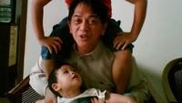<p>Kesan galak Ray Sahetapy seketika luntur saat menghabiskan waktu bersama cucu. Kalau di rumah suka momong cucunya dan anaknya. Mulai dari dipangku sampai dipanggul di pundaknya. (Instagram @raysahetapy)</p>