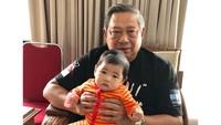 <p>Sudah bukan rahasia jika mantan Presiden Susilo Bambang Yudhoyono atau SBY, sangat dekat dengan keempat cucunya. Saat luang, SBY dan Ani Yudhoyono sering momong cucu dan membagikan momen tersebut ke Instagram. (Instagram @aniyudhoyono)</p>