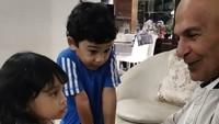 <p>Mark Sungkar masuk dalam daftar kakek yang sangat dekat dengan para cuucnya. Tiga anak Shireen Sungkar juga terlihat nyaman ketika menghabiskan waktu bersama kakeknya. Sweet! (Instagram @marksungkar)</p>