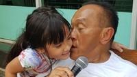 <p>Abu Rizal Bakrie<strong></strong>dikenal sebagai tokoh yang disegani di dunia politik. Namun, saat di rumah sangat dekat dengan cucunya, Mikha. Pujian kerap dilontarkan pada cucunya yang cantik, hingga menemaninya bersantai sambil karaoke. (Instagram @aburizalbakrie.id)</p>