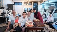<p>Sebagai anak tunggal, wajar kalau Ayu dekat banget sama sang Bunda. Perayaan ulang tahunnya pun dihabiskan Ayu Dewi bersama ibu dan ayahnya. (Instagram @mrsayudewi</p>