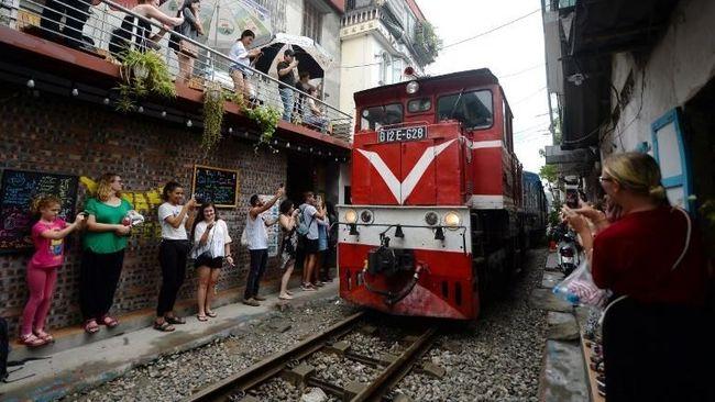 Sebuah kawasan yang dikenal dengan nama train street ditutup karena mempertimbangkan faktor keselamatan.
