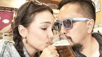 <p>Pasangan ini lagi minum apa ya? Seru banget nih keliatannya. (Foto: Instagram @febyfebiola_) </p>