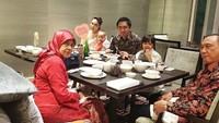<p>Ayu Dewi kerap menghabiskan waktu bersama orang tuanya. Datangke acar pernikahan pun, perginya bareng-bareng bersama ayah dan almarhum ibunya. (Instagram @mrsayudewi)</p>