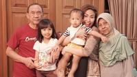 <p>Sebelum sakit, pada Agustus lalu sang ibu, Sekar Dewi masih merayakan ulang tahun perkawinan yang ke-42. Ayu sedikit bercerita nih, kalau dulu mereka hidup sederhana namun penuh cinta. (Instagram @mrsayudewi)</p>
