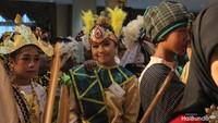 "<p>Manis ya, Bun, anak-anak dengan memakai<a href=""https://m.detik.com/wolipop/wedding-news/d-3719244/mengenal-baju-adat-solo-basahan-keprabon-yang-dipakai-kahiyang-ayu"" target=""_blank"">pakaian adat</a>. (Foto: Yuni Ayu Amida/ HaiBunda)</p>"