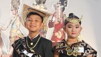 <p>Kalau ini, pakaian adat dari Suku Rote, Nusa Tenggara Timur. Keunikan pakaian ini dilihat dari Ti'i langga yaitu topi yang bentuknya seperti topi khas Meksiko. Topi ini terbuat dari bahan daun lontar kering. (Foto: Yuni Ayu Amida/ HaiBunda)</p>