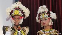 <p>Ini pakaian adat dari Suku Dayak Kenyah, Kalimantan Timur, Bun. Busana tradisional untuk laki-lakinya disebut Sapei Sapaq, untuk perempuan disebut ta'a. (Foto: Yuni Ayu Amida/ HaiBunda)</p>
