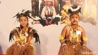 <p>Bunda bisa tebak ini pakaian adat daerah mana? Ini pakaian adat Papua dari suku Dani, Bun. Nama pakaiannya holim. (Foto: Yuni Ayu Amida/ HaiBunda)</p>