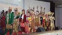 "<p>Indonesia merupakan negara yang kaya akan budaya, termasuk<a href=""https://m.detik.com/wolipop/wedding-news/d-3683109/foto-hiasan-kepala-pengantin-adat-indonesia-yang-mewah-dan-megah"" target=""_blank"">pakaian adat</a>. (Foto: Yuni Ayu Amida/ HaiBunda)</p>"