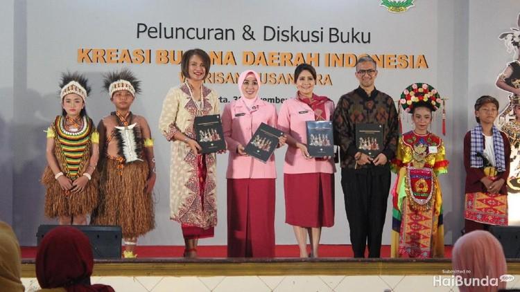 Lewat buku, kita bisa mengenal lebih dalam tentang budaya Indonesia. Seperti imbauan Ibu Tri Tito Karnavian nih, Bun.