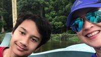 <p>Ganteng ya, Bun, si Mario. Seru-seruan bareng mama Ira mengelilingi danau di Situ Gunung, Sukabumi. ( Foto: Instagram @irawbw)</p>