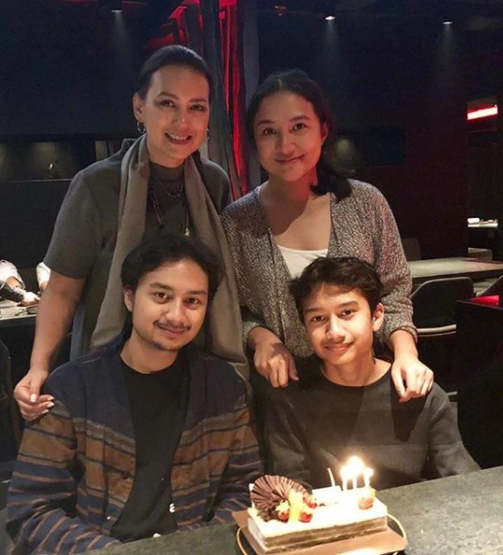 Yuk, intip keseruan Ira Wibowo menghabiskan waktu dengan ketiga anaknya.