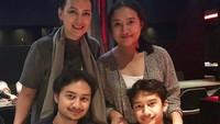 <p>Bunda Ira saat merayakan ulang tahun kedua anaknya Radya dan Mario. Agak mirip papa mereka ya, Katon Bagaskara.( Foto: Instagram @irawbw)</p>