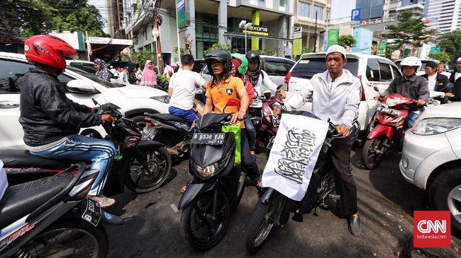Beberapa peserta Reuni 212 dari sejumlah daerah mulai bergerak ke Monas, Jakarta. Mereka berangkat menggunakan sepeda hingga kuda.