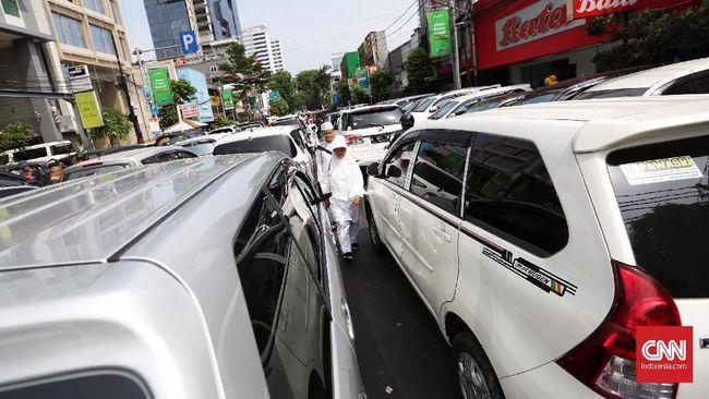 Lalu lintas ke arah kawasan Monumen Nasional (Monas) lumpuh karena dipadati oleh peserta Reuni Aksi 212 pada Minggu (2/12).