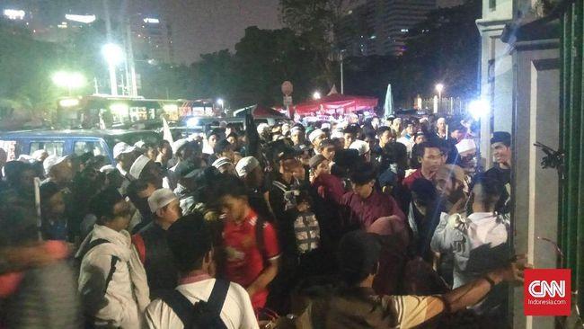 Warga dari berbagai wilayah terus berdatangan sejak Sabtu malam untuk mengikuti acara Aksi Reuni 212 yang digelar di Monas hingga Minggu siang.