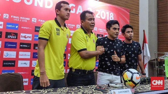 Kelompok suporter PSS Sleman, Slemania, mengirim karangan bunga dukacita sebagai bentuk kekecewaan kepada manajemen klub yang mendepak Seto Nurdiantoro.