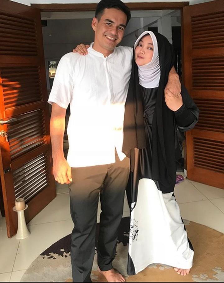 Setelah 19 tahun menikah, Teddy Syah dan Rina Gunawan makin romantis. Yuk, intip kebersamaan mereka berdua.