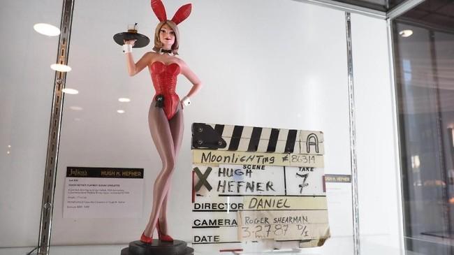 Mulai dari mantel, topi, cincin sampai mesin ketik bersejarah pendiri majalah Playboy ini dilelang di Los Angeles, California, pada 30 November-1 Desember.