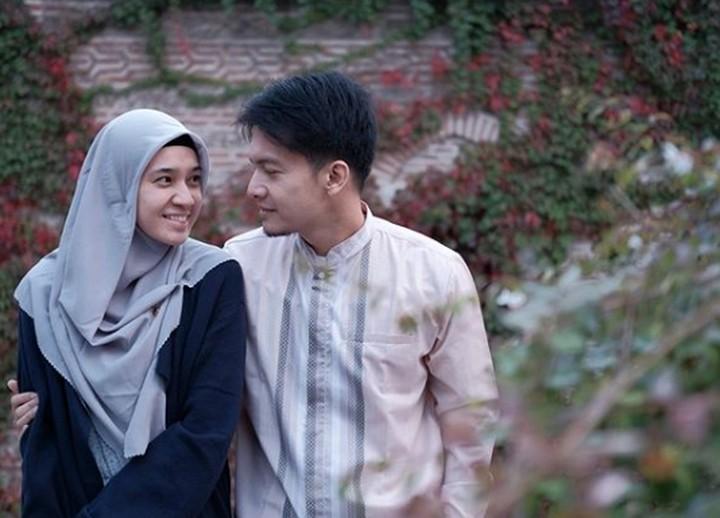 Setelah 7 tahun menikah, pasangan Dimas Seto dan Dhini Aminarti semakin mesra. Intip yuk deretan foto mereka yang bikin baper.