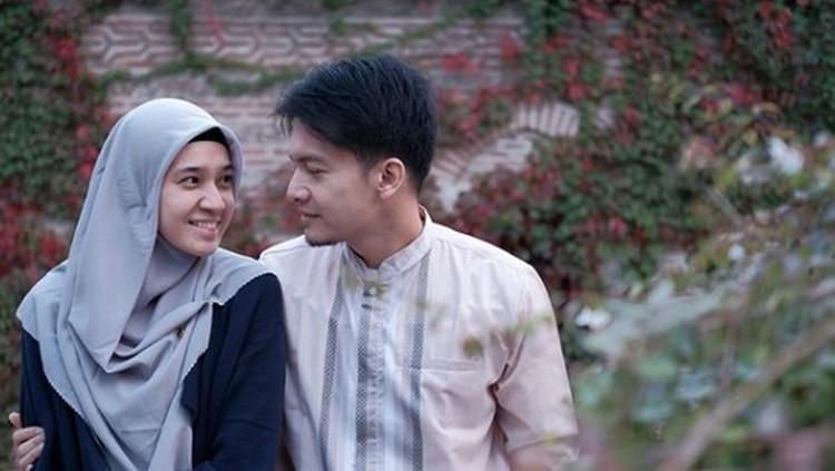 Umrah kali ini, Dhini Aminarti dan Dimas Seto memanjatkan doa spesial. Apakah mereka meminta segera diberi momongan?