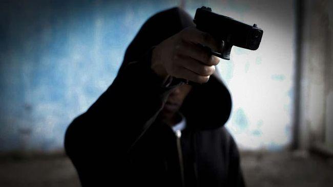 Seorang saksi mengaku mendengar delapan kali tembakan. Dia melihat dua korban penembakan di lantai dua.