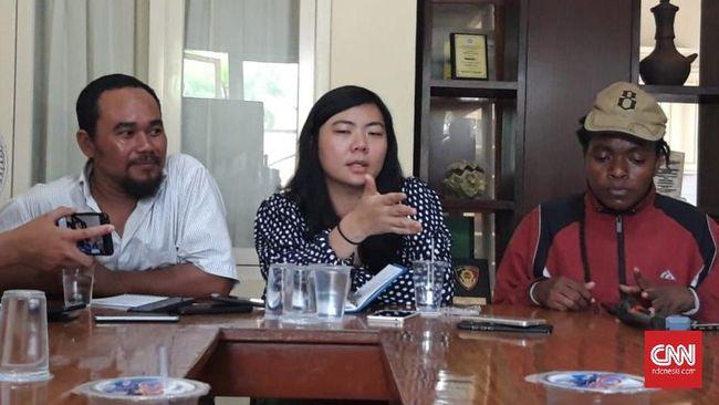 Kantor Imigrasi Kelas 1 Khusus Surabaya memeriksa WN Australia yang ditahan saat penggrebekan Asrama Mahasiswa Papua, Ronda Amy Harman.