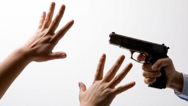 Lima oknum Brimob disebut menganiaya dua warga Tanimbar, Maluku, dengan menodongkan senjata api, memukul dengan popor senapan, akibat salah paham.