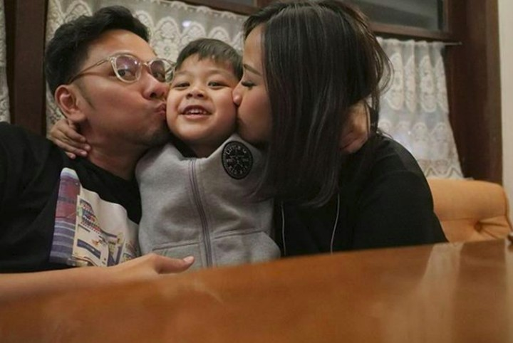 Menikah selama 7 tahun, penyanyi Astrid tetap mesra deh dengan sang suami, Arlan. Yuk, intip keharmonisan keluarga kecil ini.