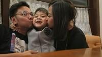<p>Astrid dan Arlan dikaruniai seorang putra bernama Alec Djuara Djoewarsa. Duh, so sweet banget ya keluarga kecil ini. (Foto: Instagram/astridbasjar)</p>