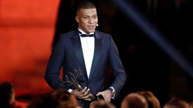Bintang PSG dan timnas Prancis, Kylian Mbappe meraih Trophee Kopa yang merupakan gelar bagi pemain muda terbaik di tahun ini.