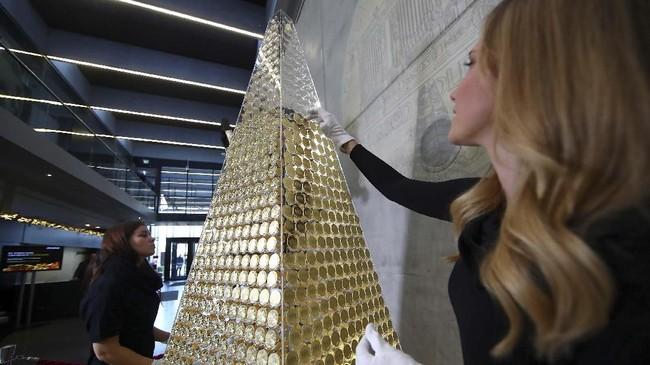 Pohon Natal yang terbuat dari emas murni seberat 63 kilogram hadir menyambut perayaan Hari Natal di Munich, Jerman.