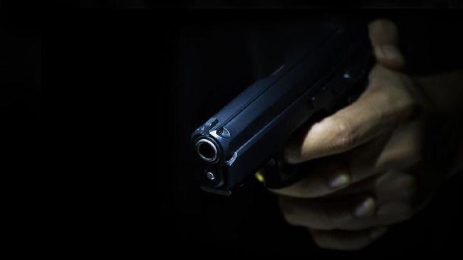 Anggota Polres Selayar Bripda MI tewas di markasnya karena tertembak di dada kiri yang diduga akibat melukai diri sendiri.