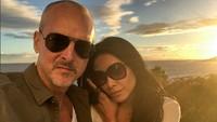 <p>Saat mereka mengujungi Canary Islands, wefie dulu dengan suami. Seru ya menikmati sunset bersama orang tersayang. (Foto: Instagram @anggun_cipta)</p>