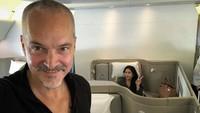 <p>Anggun dan suami terlihat enjoy menikmati kabin fisrt class sebuah pesawat. (Foto: Instagram @anggun_cipta)</p>